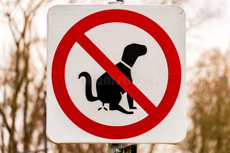 Gångbanatecken som förbjuder hundkapplöpningen för att göra deras behov royaltyfria foton