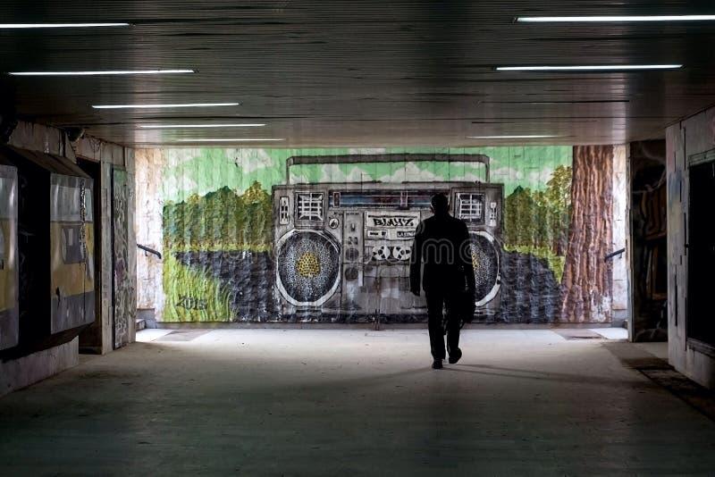 Gångtunnel med grafitti på väggarna royaltyfri fotografi