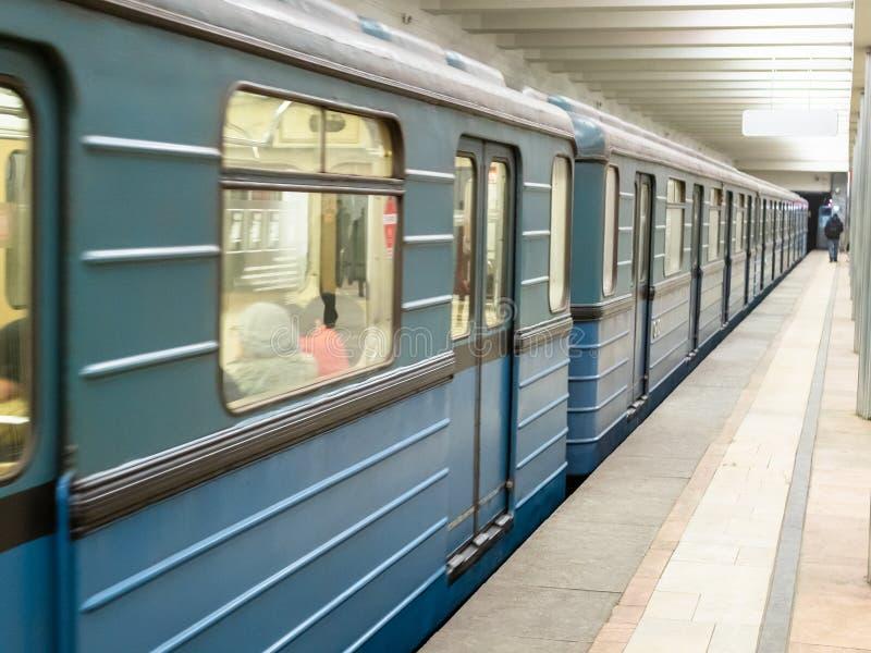 Gångtunneldrev i Moskvatunnelbana arkivbilder