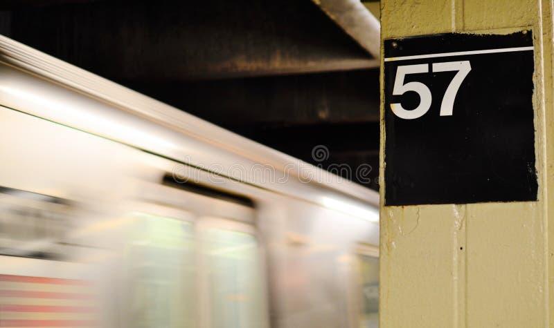 Gångtunnelen New York City för snabb hastighet genomreser det rörande drevet på tunnelbanan för plattformMTA-transport royaltyfri foto