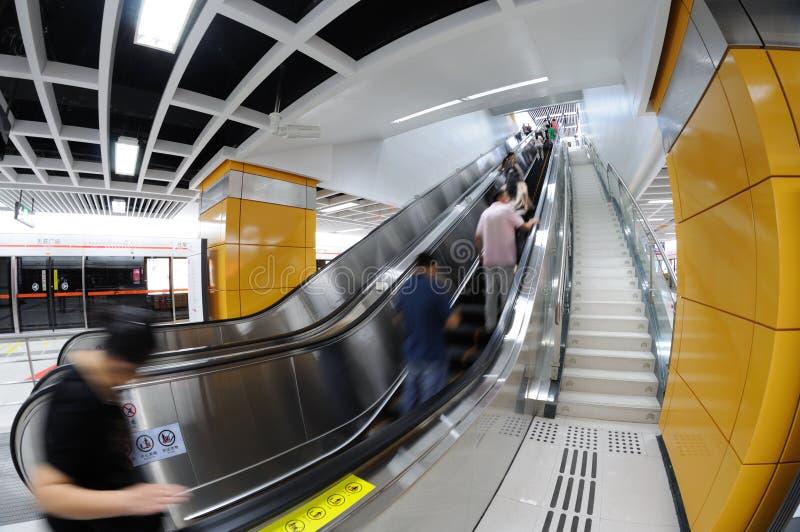gångtunnelrulltrappa   arkivfoton