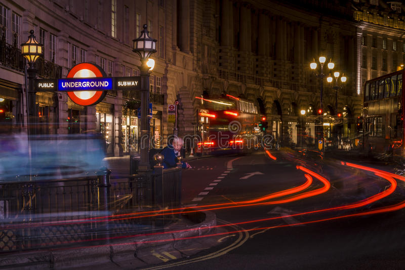 Gångtunnelstation i härskande gata på natten arkivfoto