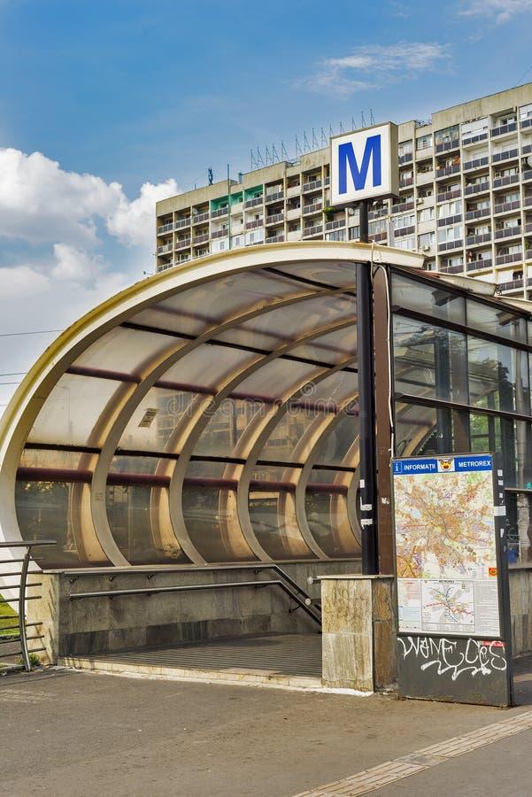 Gångtunneltecken mot byggnad i Bucharest, Rumänien arkivfoto