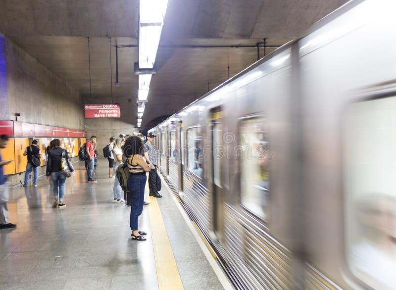 Gångtunnelvagn som förbigår plattformen på Se-tunnelbanastationen i Sao Paulo Downtown royaltyfri foto