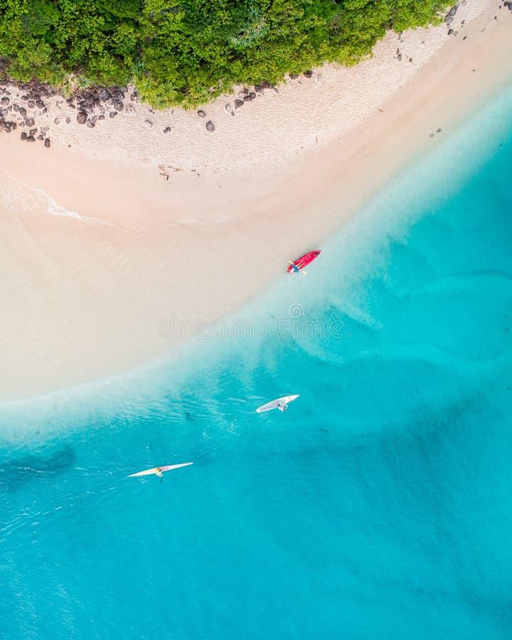 Går den flyg- sikten för stranden på Gold Coast den trevliga bästa sikten av det blåa havet, folket på kanoten, vit sand och att  royaltyfria foton