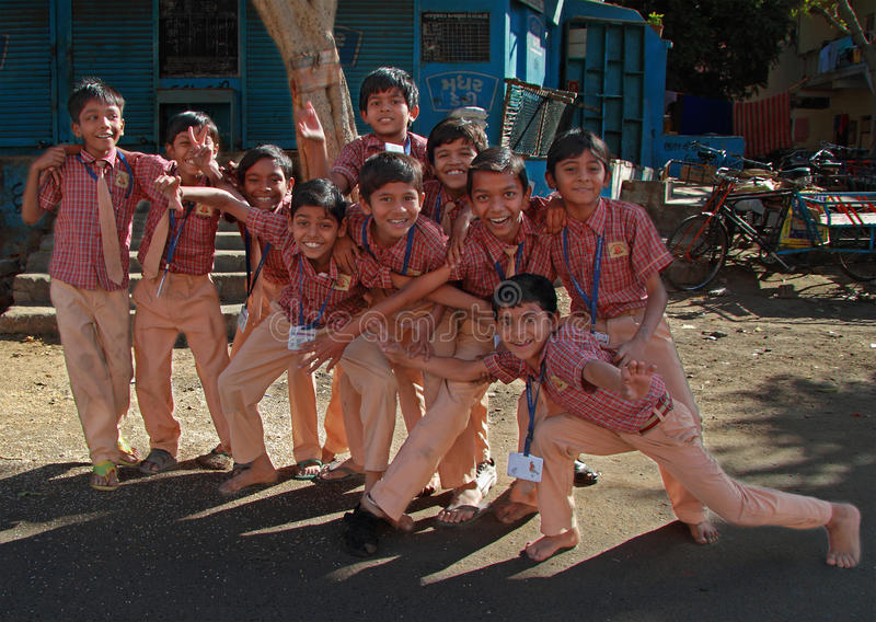 Går den iklädda likformign för skolbarn hem efter grupper i Ahmedabad, Indien royaltyfri fotografi