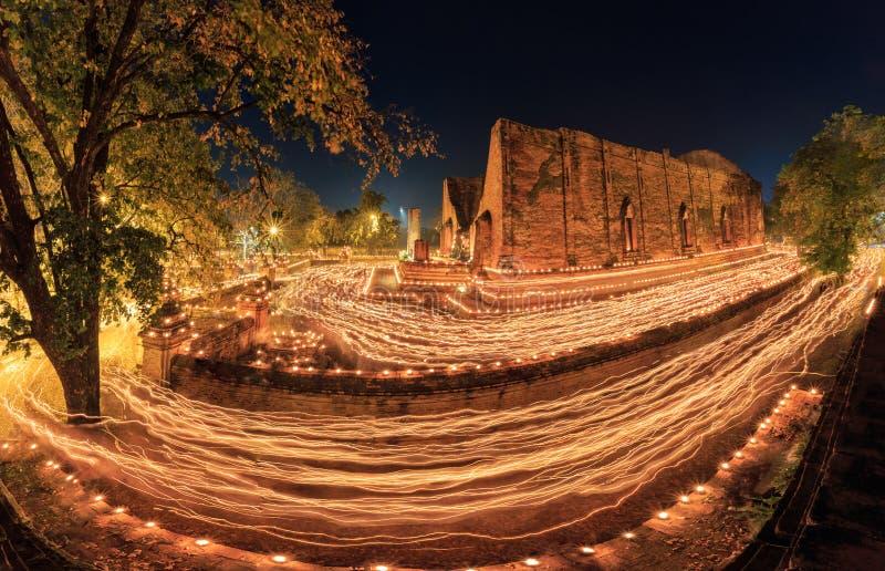 Går den ljusa vinkande ritualen för buddism med tända stearinljus i handaro fotografering för bildbyråer