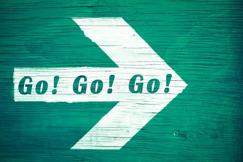 """` Går! Gå! Gå! motivational text för """" som är skriftlig på en vit riktningspil som pekar in mot rätten som målas på ett grönt t stock illustrationer"""