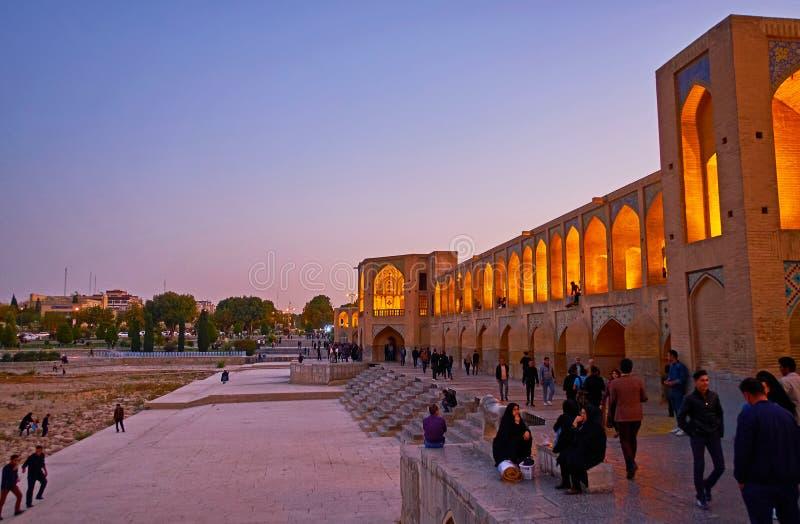 Går på bron, Isfahan, Iran royaltyfria foton