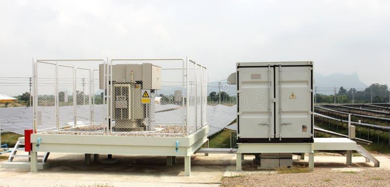 Gård för för Solarfarm inverterarkabinett och transformator arkivfoton