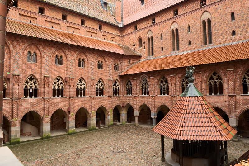 Gård i den medeltida slotten av den Teutonic beställningen i Malbork, Polen royaltyfri fotografi