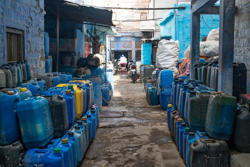 Gården mycket av blåa behållare arkivfoton