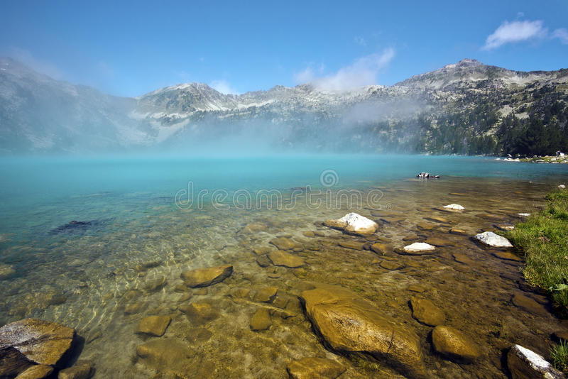 Gåtafärger av Aubert sjön i Neouvielle den naturliga reserven royaltyfri foto