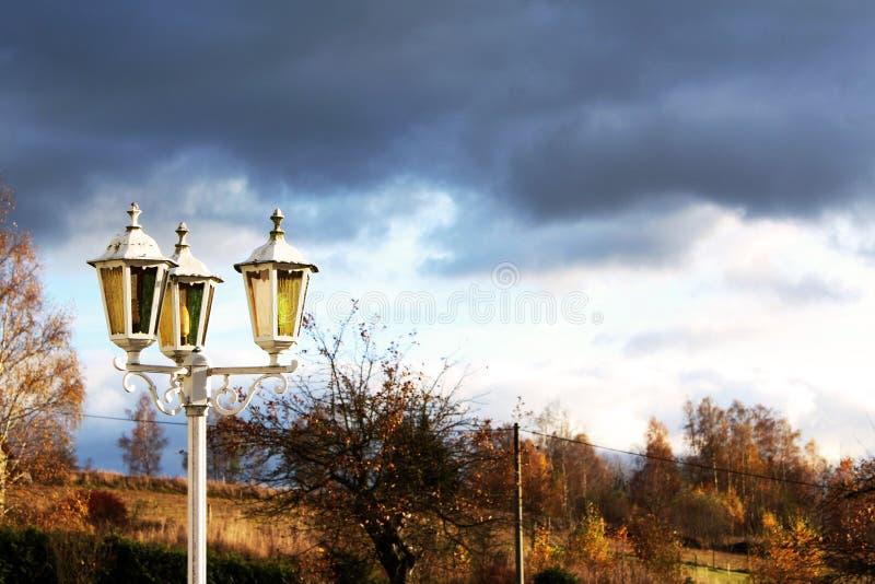 Gåtalampa och mörk himmel royaltyfria bilder