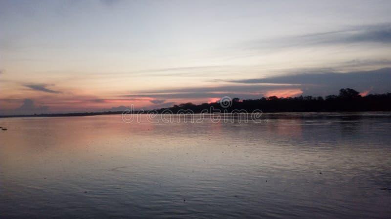 Gåtan av den Ucayali floden på solnedgången - Pucallpa Peru royaltyfria foton