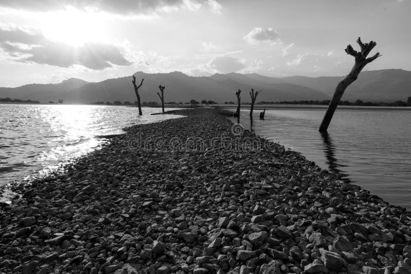 Gåtaväg över en sjö royaltyfri foto