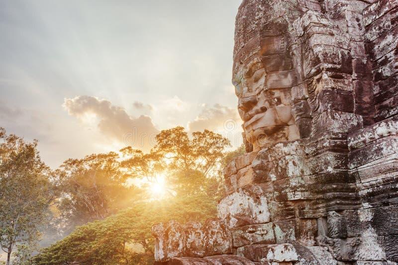 Gåtfull jätte- stenframsida av den forntida Bayon templet, Cambodja royaltyfri bild