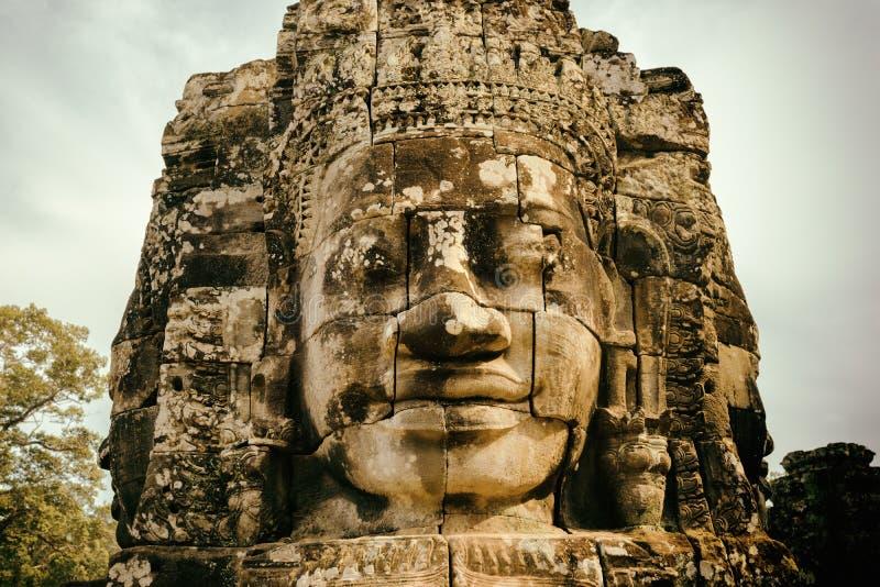 Gåtfull le jätte- stenframsida av den Bayon templet, Angkor Thom arkivbild