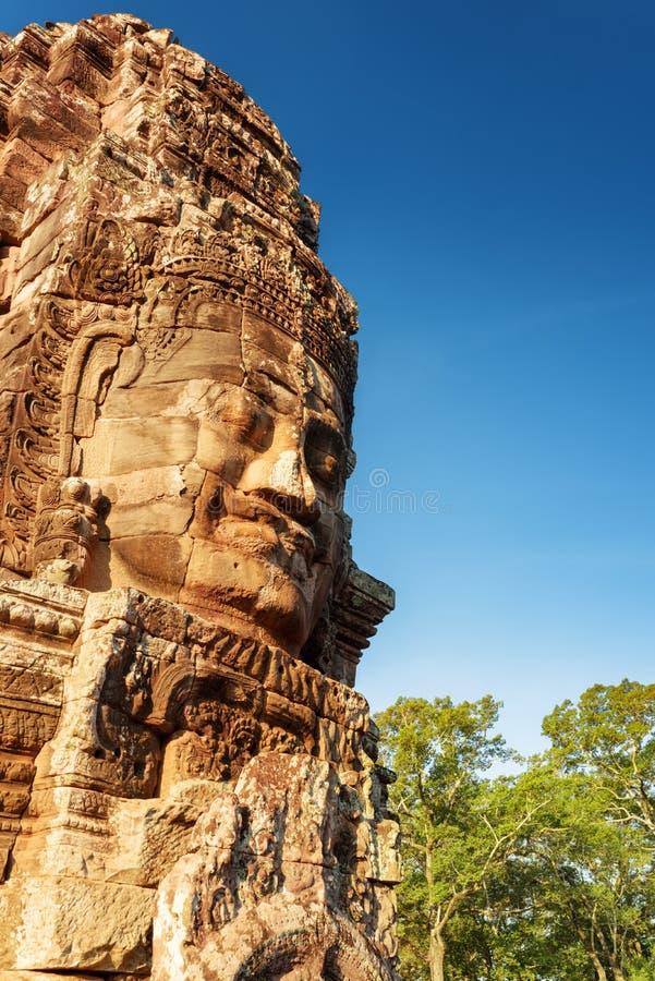 Gåtfull le jätte- stenframsida av den Bayon templet, Cambodja arkivbild