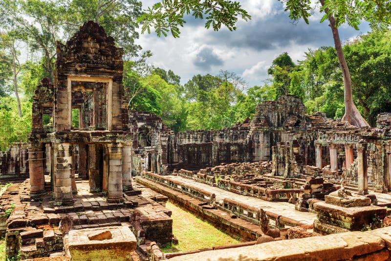 Gåtfullt fördärvar av den forntida Preah Khan templet i Angkor, Cambodja fotografering för bildbyråer