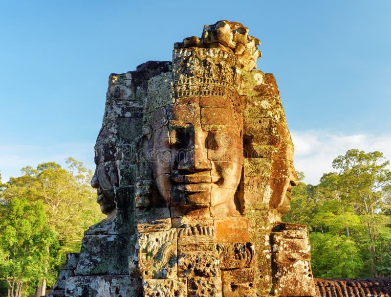 Gåtfullt framsida-torn av den Bayon templet i Angkor Thom, Cambodja arkivfoton