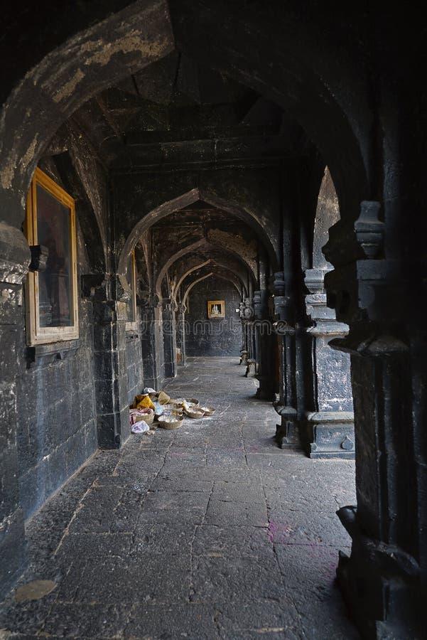 Gåvägen till och med bågar Aundh tempel, Satara, Maharashtra arkivfoton