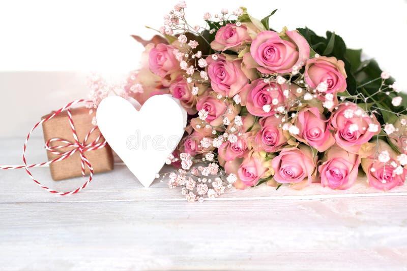 Gåva för moderdag med rosor för en hjärta och rosa färg royaltyfri bild
