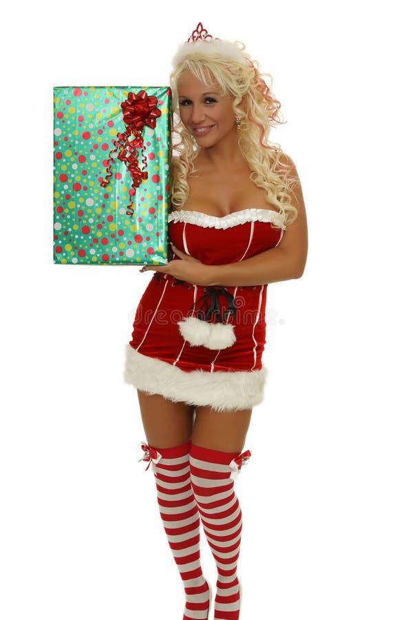 Gåva för Santa kvinnavisning som ler - jul fotografering för bildbyråer