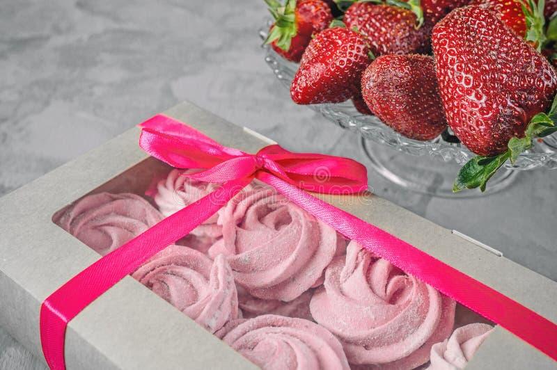 Gåva med det rosa bandet Vit ask med sötsaker på ljus bakgrund gratulera Marshmallow efterrätt arkivbild