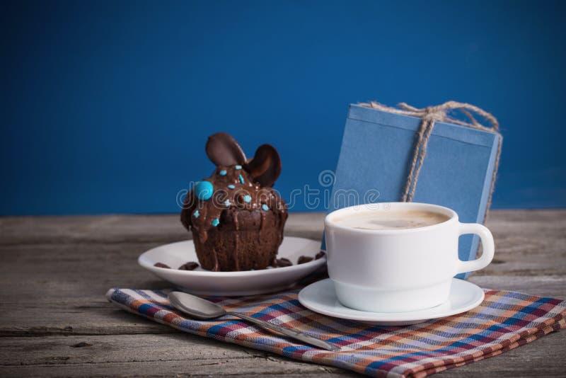 Gåva och kopp kaffe för muffin för faderdag arkivfoto