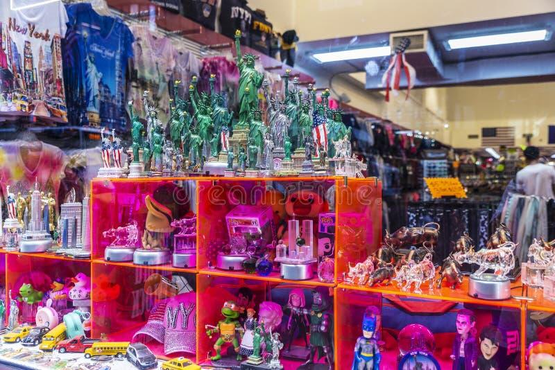 Gåva- och souvenirlager i New York City, USA royaltyfria bilder
