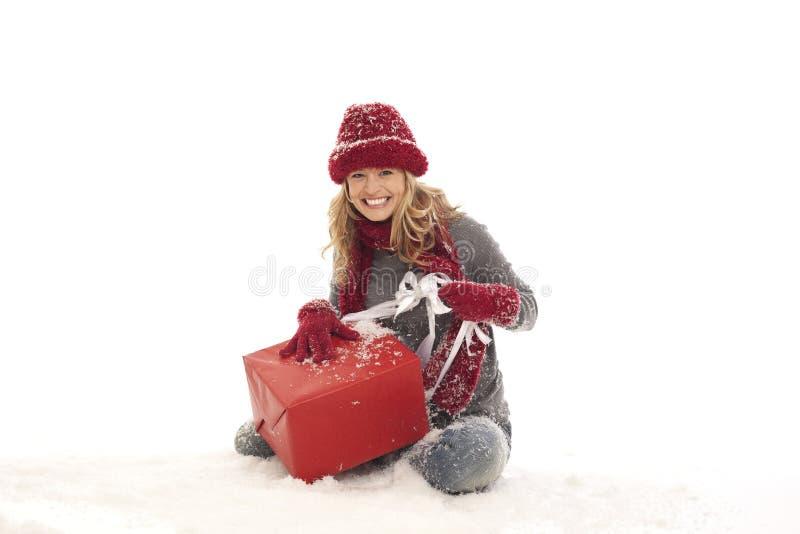 gåva som packar upp kvinnan arkivfoton