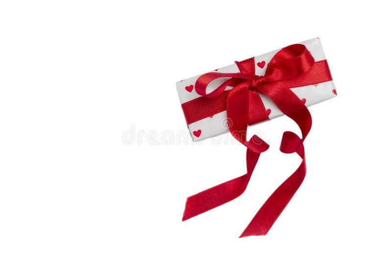 Gåva som slås in i en röd ask med en bild av en hjärta för Valentin arkivbilder