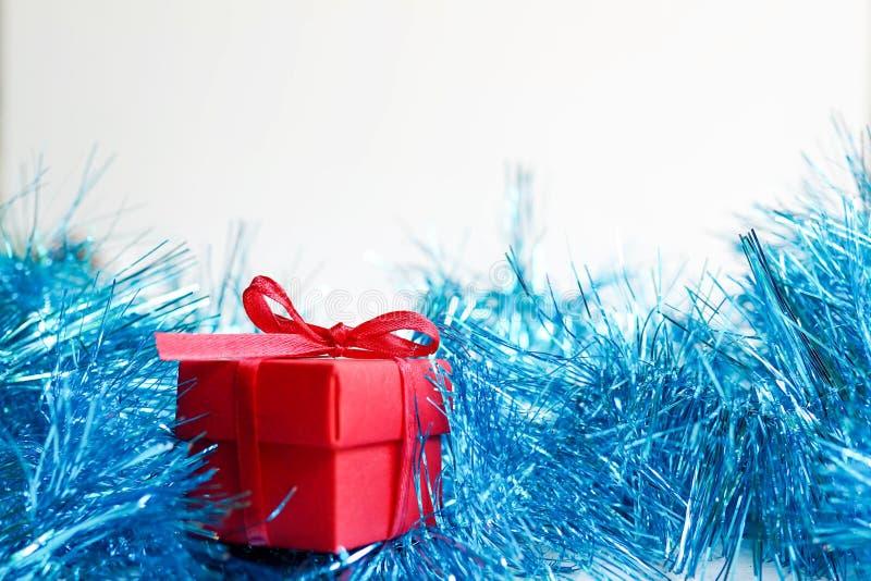 Gåvaask för nytt år på vit bakgrund med blå garnering, kopieringsutrymme kortjul som greeting fotografering för bildbyråer
