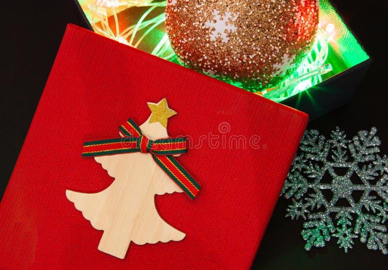 Gåvaask i rött med en girland av ljus för en gåva för det nya året eller födelsedagen royaltyfri bild