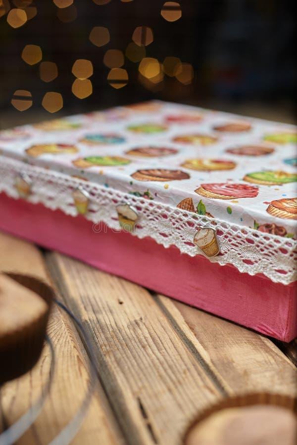 Gåvaask med muffin på en ställning royaltyfria bilder