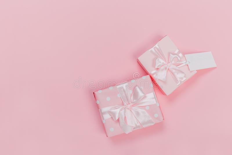 Gåvaask som slås in i pastellfärgat papper med det rosa bandet på rosa yttersida Bästa sikt och med kopieringsutrymme fotografering för bildbyråer