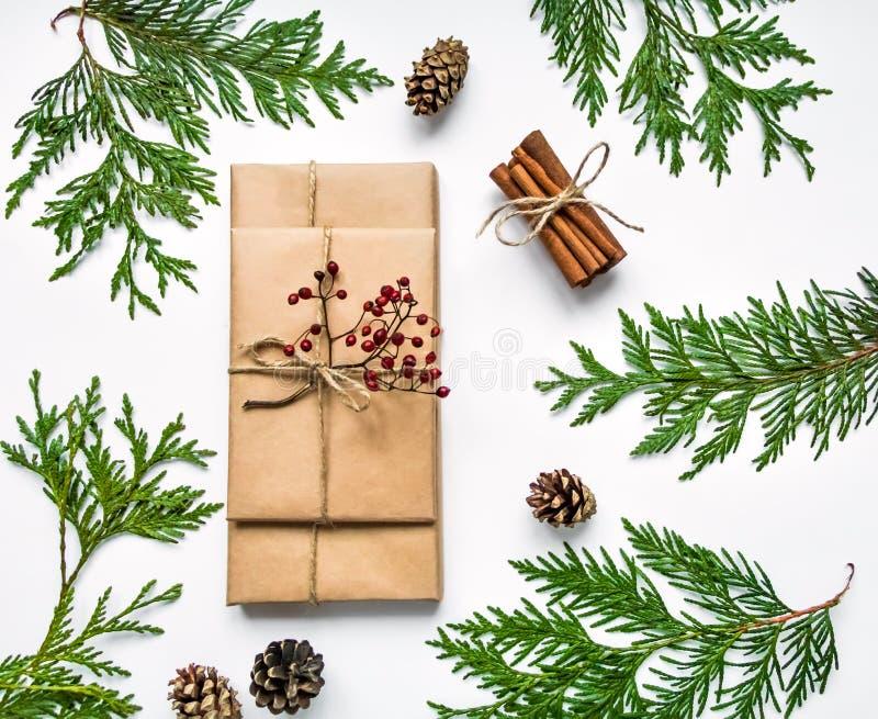 Gåvaaskar i hantverk skyler över brister på vit bakgrund Jul eller annan feriebegrepp, bästa sikt, lekmanna- lägenhet fotografering för bildbyråer