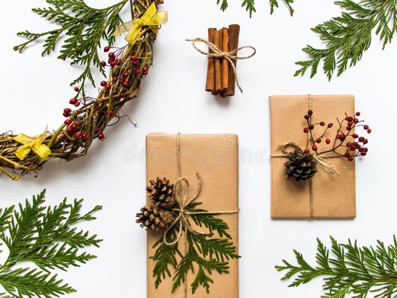 Gåvaaskar i hantverk skyler över brister på vit bakgrund Jul eller annan feriebegrepp, bästa sikt, lekmanna- lägenhet royaltyfri foto