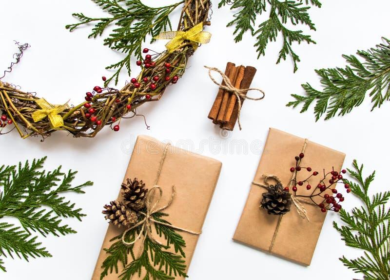 Gåvaaskar i hantverk skyler över brister på vit bakgrund Jul eller annan feriebegrepp, bästa sikt, lekmanna- lägenhet arkivbild