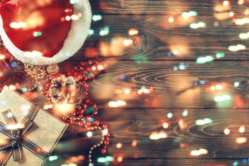 Gåvaaskar med pärlor, leksaker och den Santa Claus hatten royaltyfri bild