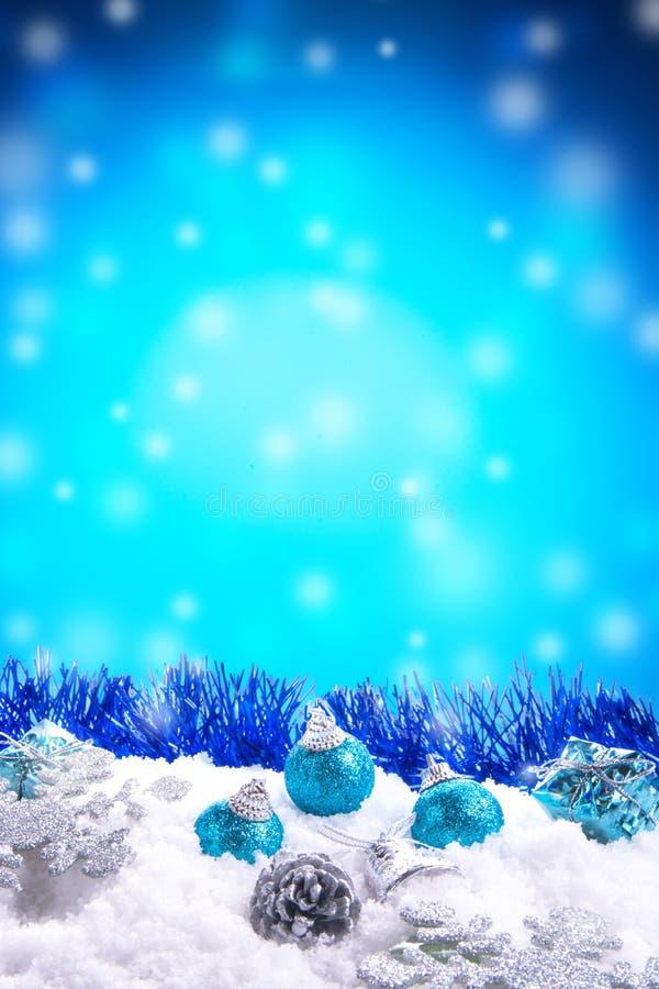 Gåvaasken, bollar, sörjer kottar på snö royaltyfri bild
