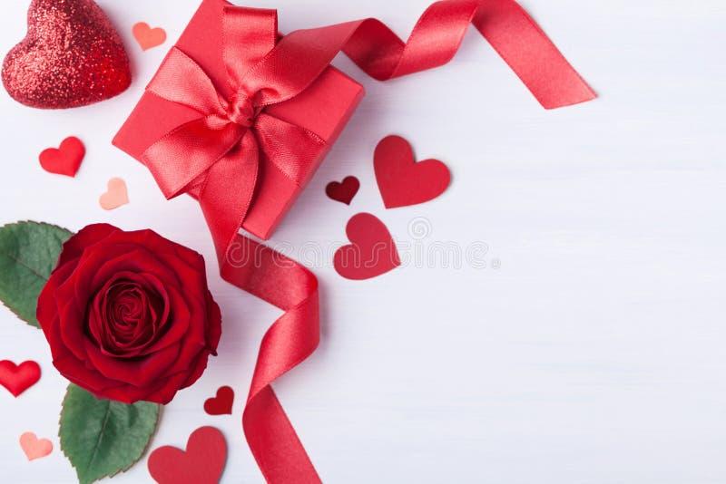 Gåvaasken, steg blomman och hjärtor för valentindagkort royaltyfri bild