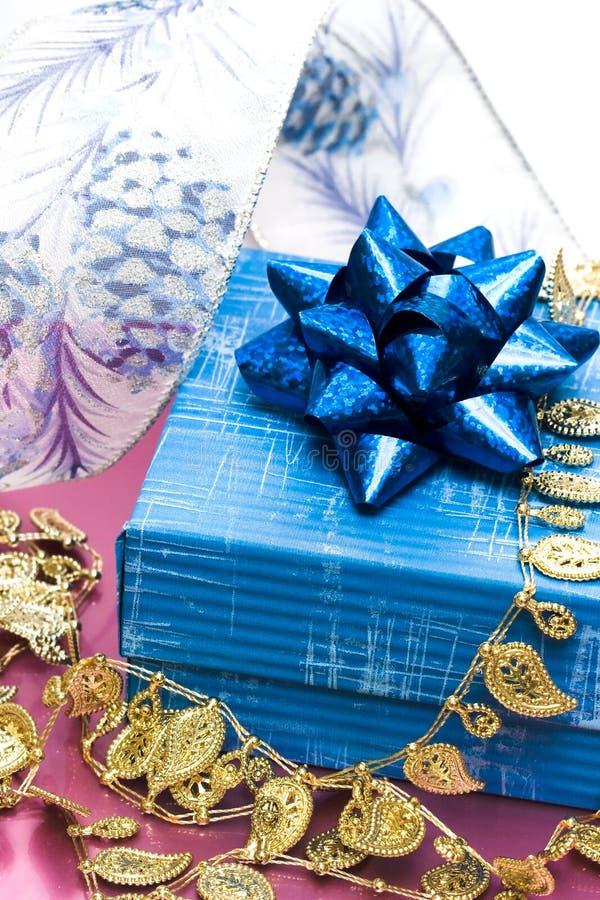gåvaband för blå ask fotografering för bildbyråer