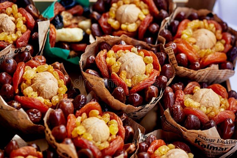 Gåvabuketter av torkade frukter Komplimanggäster på bröllopet vegetarianism arkivbild