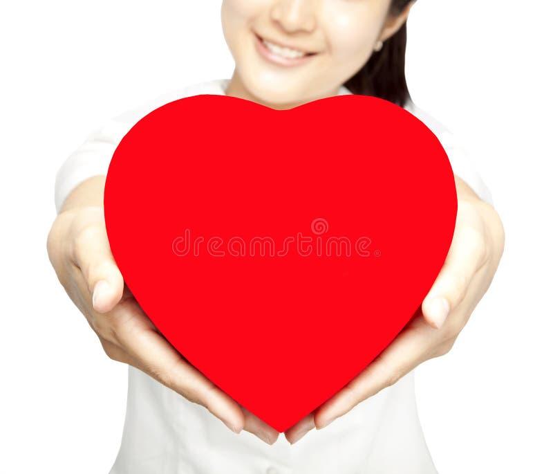 gåvaflickahjärta som rymmer rött le royaltyfri fotografi