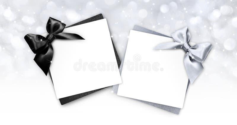 Gåvakort med svart och silverbandet bugar på christma royaltyfri illustrationer