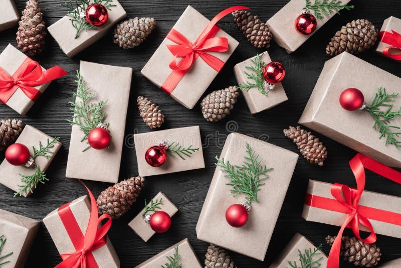 Gåvamodell på en mörk träferiebakgrund Jul arkivfoto