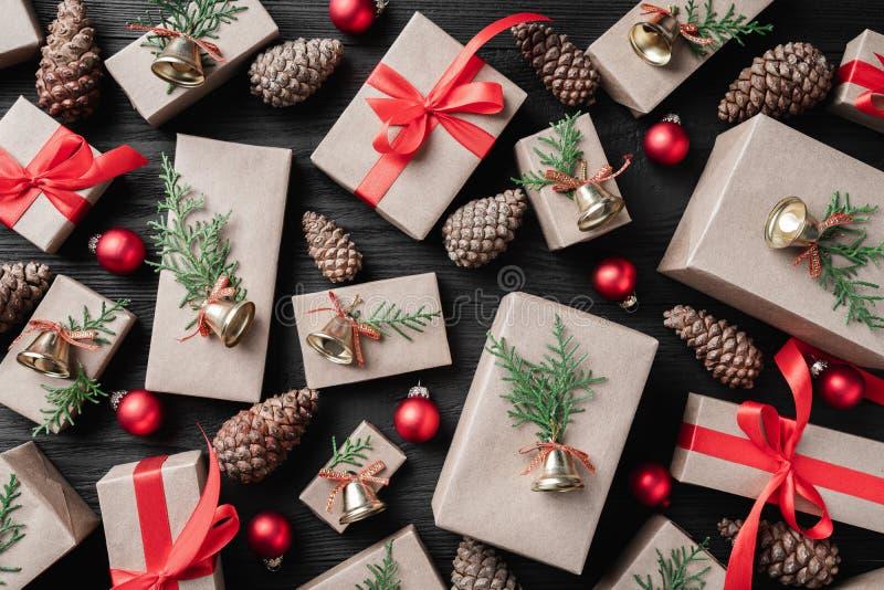 Gåvamodell på en mörk träferiebakgrund Jul royaltyfria bilder