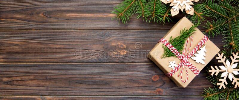 Gåvan för julbakgrundsjul med granfilialer och snöflingan på trävit bakgrund med lägenheten för banerkopieringsutrymme lägger, royaltyfria foton